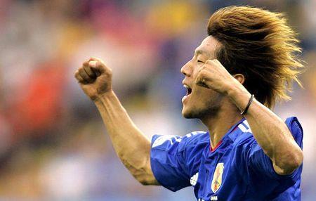 图文:联合会杯希腊VS日本 大黑将志振臂庆祝
