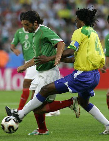 图文:联合会杯巴西VS墨西哥 约金霍抢断