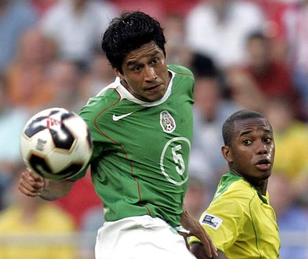 图文:联合会杯巴西VS墨西哥 墨西哥球员争顶