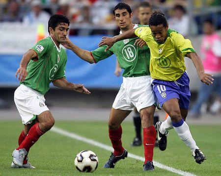 图文:联合会杯巴西VS墨西哥 小罗边路突破