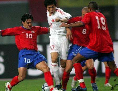 """图文:中国2-2哥斯达黎加队 郑智""""三面受敌"""""""