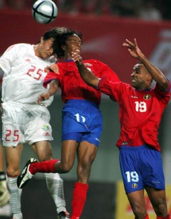 图文:中国2-2哥斯达黎加队 谢晖争顶头球