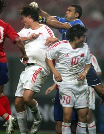 图文:中国2-2哥斯达黎加队 李毅郑智门前抢点