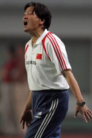 图文:中国2-2哥斯达黎加队 朱广沪指挥赛