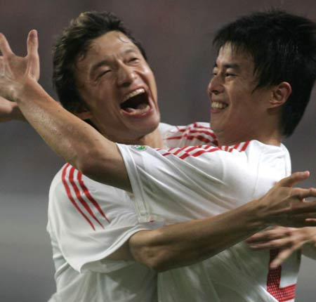 图文:中国2-2哥斯达黎加队 孙祥谢晖庆祝进球