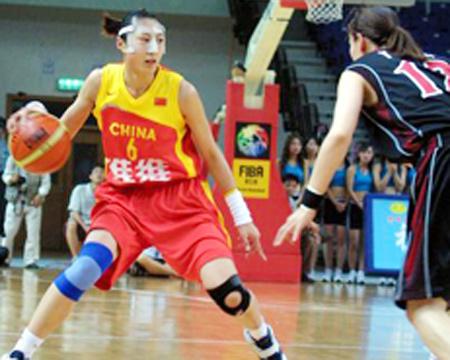 图文:中国女篮VS日本女篮 任蕾准备突破对手