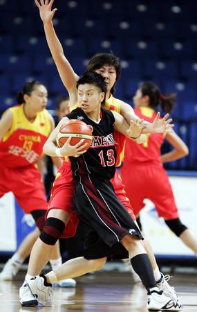 图文:卞兰在比赛中进行防守