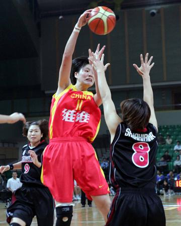 图文:女篮亚锦赛中国大胜日本 叶莉篮下分球