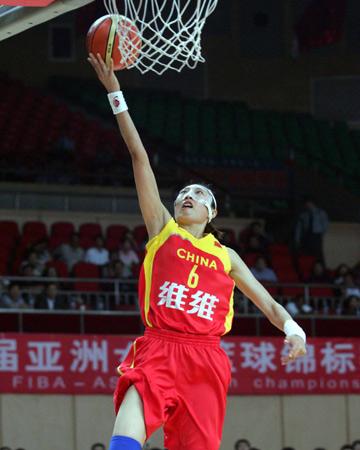 图文:女篮亚锦赛中国大胜日本 任蕾突破上篮