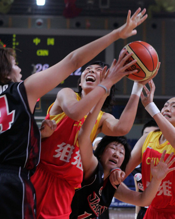 图文:女篮亚锦赛中国大胜日本 陈楠篮下强攻