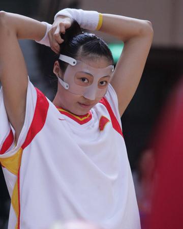 图文:女篮亚锦赛中国大胜日本 任蕾在赛前热身