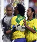 图文:联合会杯巴西负墨西哥 迪达庆祝扑出点球