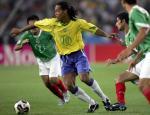 图文:联合会杯巴西负墨西哥 罗纳尔迪尼奥进攻