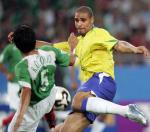 图文:联合会杯巴西负墨西哥 阿德里亚诺射门
