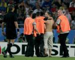 图文:联合会杯巴西告负 球迷赤裸上身闯入球场