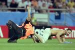 图文:联合会杯巴西负墨西哥 球迷闯入场内