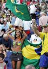 图文:联合会杯巴西0-1墨西哥 巴西女球迷助兴