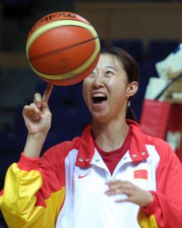 图文:中国女篮VS泰国女篮 胡晓桃玩转篮球