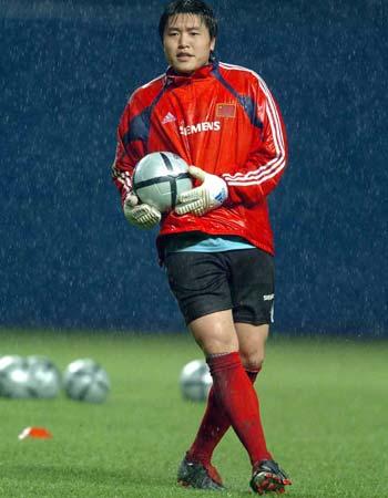 图文:国足广州冒雨训练 门将李蕾蕾在训练中
