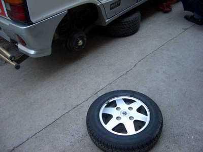 长辛店某小区近百辆汽车轮胎被扎(组图)