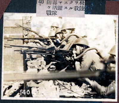 《日本侵华历史照片集》中照片,日军带着防毒面具作战,进行毒气战图片
