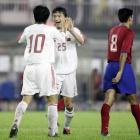 图文:中国2-0哥斯达黎加 郑智与队友谢晖庆祝