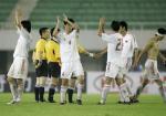 图文:中国2-0哥斯达黎加 队员赛后向观众致意