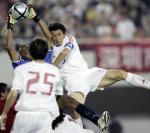 图文:中国2-0哥斯达黎加 李玮锋在比赛中争顶