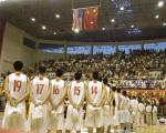 图文:中美男篮对抗赛 比赛开幕式升国旗