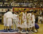 图文:中美男篮对抗赛 国家队庆祝胜利答谢观众