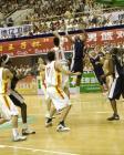 图文:中美男篮对抗赛 易建联封盖对手投篮