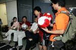图文:中青队撤离荷兰 杨一民为球迷签名