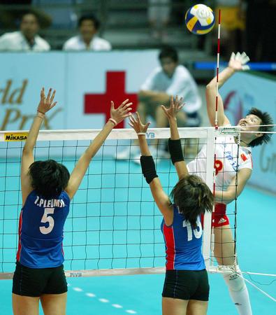 <img> 6月24日,中国女排队员杨昊(右)在比赛中大力扣杀.当