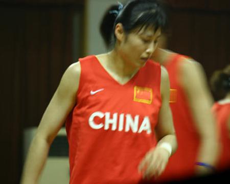 中国女篮赛前热身训练 宋晓云场上练习