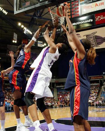 图文:WNBA君主主场负于太阳 格里菲斯篮下进攻
