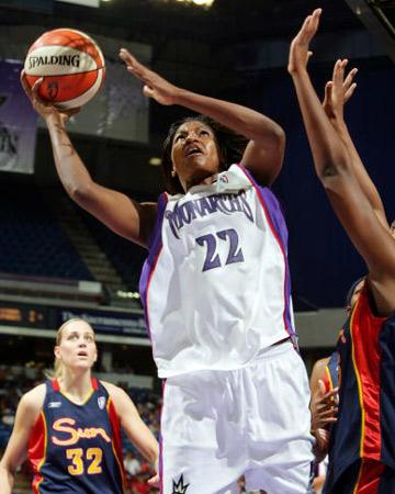 图文:WNBA君主主场负于太阳 主队沃克篮下进攻