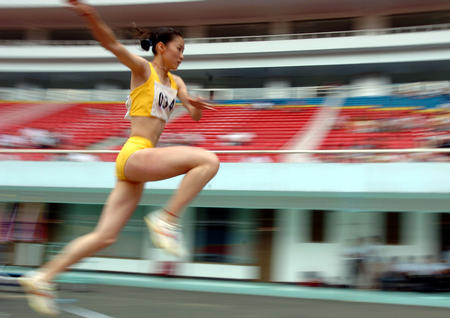 女子三级跳陈婷_图文:全国田锦赛谢荔梅在女子组三级跳及格赛中