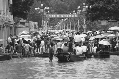 """广西梧州市民""""笑""""对洪水(组图)"""