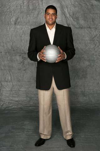图文:NBA选秀大赛开始 Sean May拍照