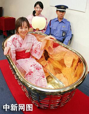 图:珠宝店推出金色浴缸