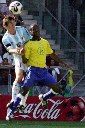 图文:世青赛阿根廷2-1巴西进决赛 二龙戏珠
