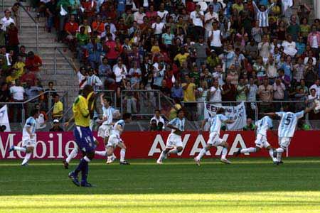 图文:世青赛阿根廷2-1巴西进决赛 欣喜若狂