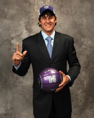 图文:NBA选秀大会举行 状元秀博古特手拿篮球