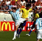 图文:世青半决赛阿根廷胜巴西 罗伯托拼抢