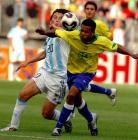 图文:世青半决赛阿根廷胜巴西 奥韦尔曼拼抢
