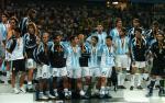 图文:联合会杯决赛巴西夺冠 阿根廷队领取奖牌