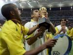 图文:巴西获得联合会杯冠军 卢西奥亲吻冠军杯