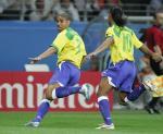 图文:巴西获联合会杯冠军 阿德里亚诺奔跑庆祝