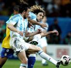 图文:巴西获联合会杯冠军 双方队员比赛中拼抢