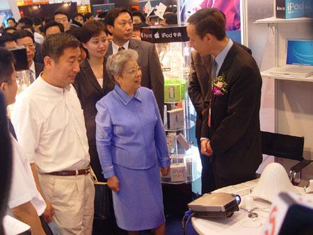 国务院副总理吴仪参观现场展区
